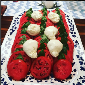 Summer means one thing 🍅 and growing up surrounded by Greeks that is what the dinner conversation would circle around,,,before, during and after. 🇬🇷